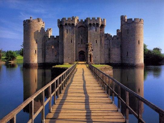 Bodiam_Castle_in_East_Sussex_England_freecomputerdesktopwallpaper_1024